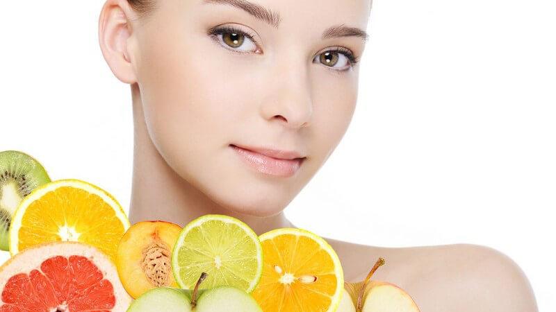 Zu den unterschiedlichen Tropenfrüchten zählen Ananas, Bananen, Kiwis sowie Kakis; sie haben meist einen hohen Vitamin C-Gehalt