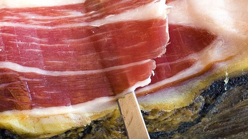 Als Schinken wird sowohl das Teilstück des Fleisches als auch die daraus entstandene Wurstware bezeichnet