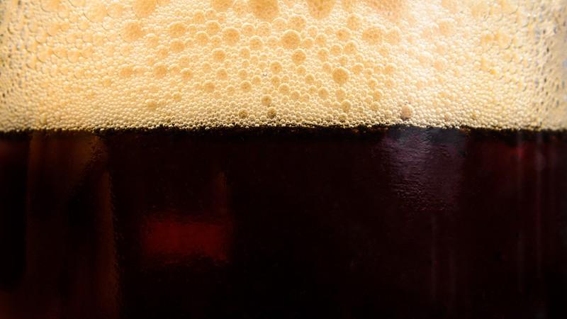 Weist eine schwarze Färbung auf und hat einen Alkoholgehalt von 4,2 Prozent