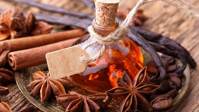 Natürliche Aromen findet man in verschiedenen Nahrungsmitteln vor; sie können aber beispielsweise auch in Form ätherischer Öle verwendet werden