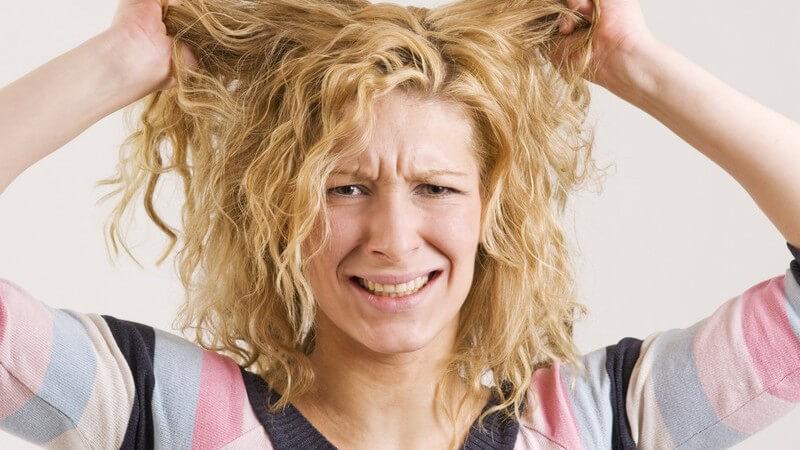 Wir verraten, wie Sie mit langen Haar fertig werden, das sich durch einen fettigen Ansatz und trockene Spitzen auszeichnet