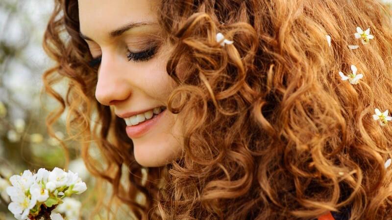 Tipps, wie langes Haar mit Naturlocken besonders schön und gesund aussieht