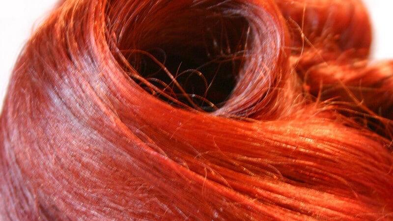Wir erklären den Unterschied zwischen Intensivtönungen und permanenten Haarfarben und geben Tipps zur Anwendung und Pflege