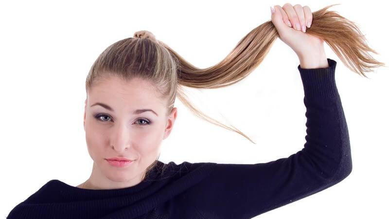 Tipps zum Frisieren mehrerer Hochsteckfrisuren mit langen, toupierten und zu einem Pferdeschwanz gebundenen Haaren
