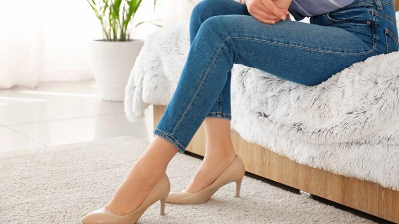 Frau in enger Jeans