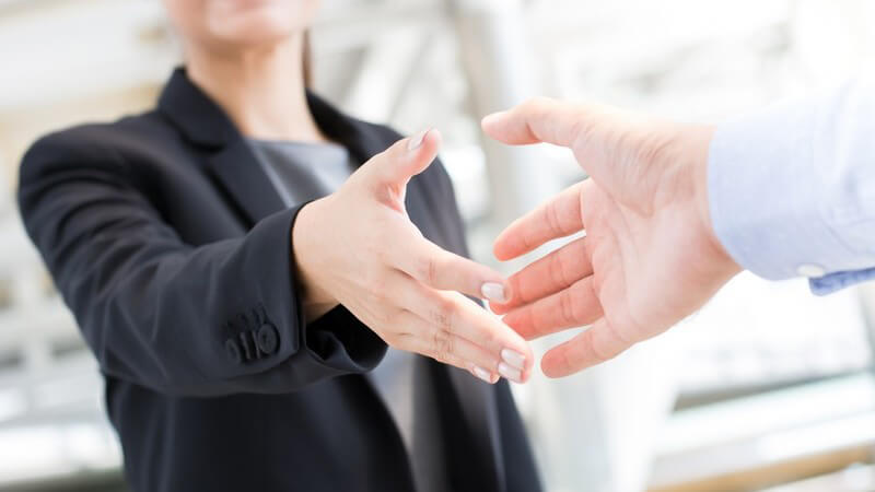 Wie man sich zu einem Bewerbungsgespräch kleiden sollte, um einen positiven ersten Eindruck zu hinterlassen
