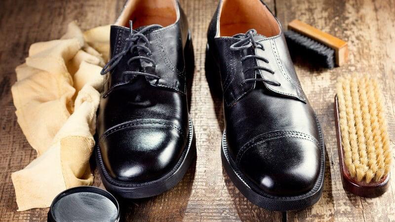 Die richtige Bürste, das abgestimmte Pflegemittel und ein passender Schuhspanner sind entscheidend für die Schuhpflege