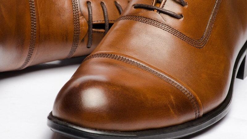 Bei der Schuhpflege dürfen auch die Sohlen nicht vergessen werden, die sich über eine pflegende Ölung freuen