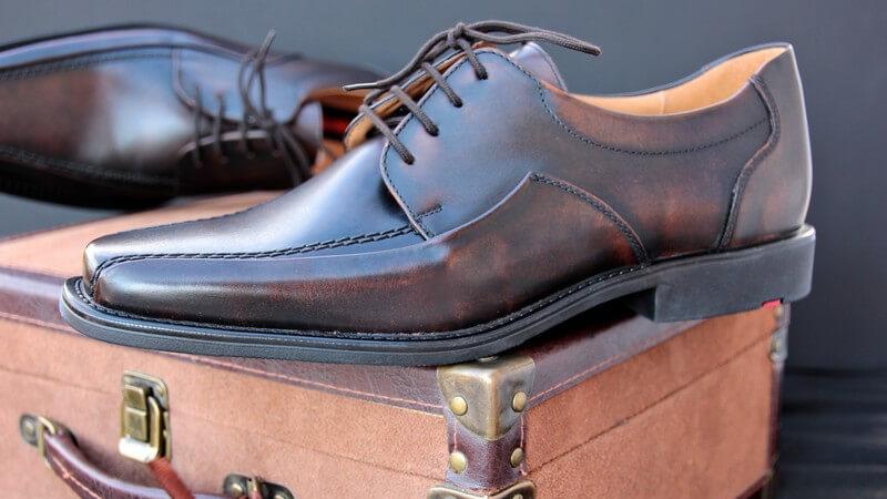 Schuhe, die nicht mehr die neusten im Schuhschrank sind, bedürfen von Zeit zu Zeit die folgenden Pflegetechniken