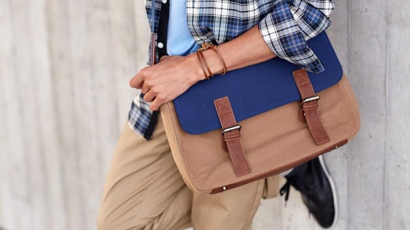 Mann mit Tasche über der Schulter