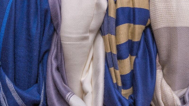 Mit diesen Tragemöglichkeiten wirken Krawatten- und Strickschal männlich-elegant