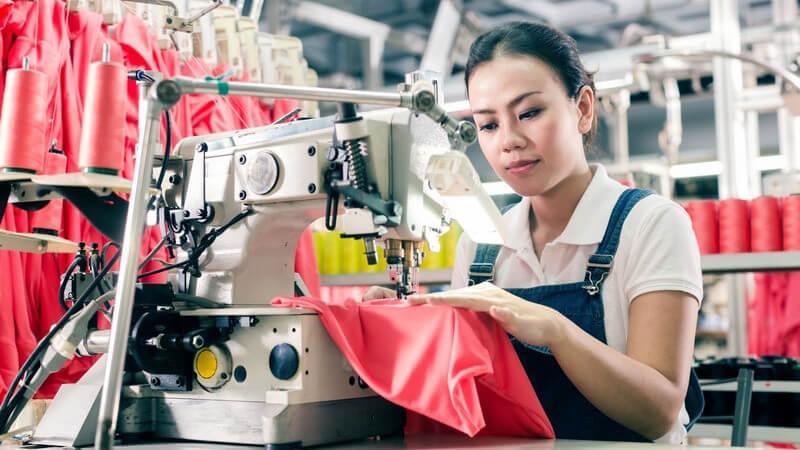 Nicht nur bei den Knöpfen selbst, sondern auch bei den Knopflöchern, gibt es Unterschiede in Design und Fertigung