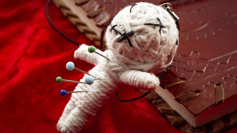 Voodoo-Puppe mit Nadeln