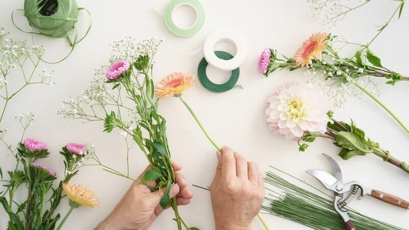 Der formal lineare Strauß zeichnet sich besonders durch die vielen Gräser aus, die die geringe Anzahl der Blumen schmücken - Die Blumen müssen langstielig sein