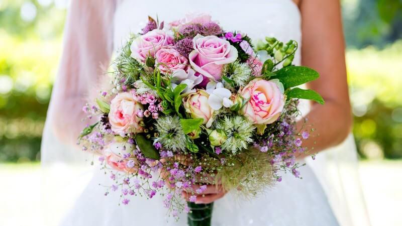 Das Blumenbouquet ist klein und kompakt - beim Binden muss man einige Punkte beachten; eine gleichmäßige Kuppeform ist entscheidend