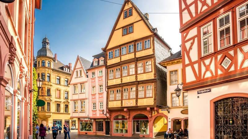 Die Fachwerkbauweise kann im weiteren Sinne als ein Vorgänger von erdbebensicheren Gebäuden gesehen werden