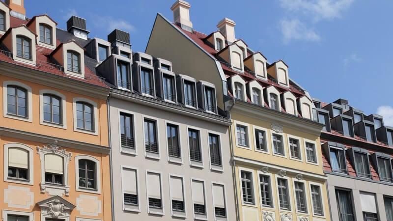Ein Mehrfamilienhaus ist in mehrere Mietwohnungen oder Apartments aufgeteilt
