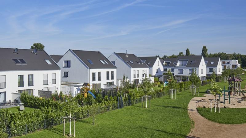 Doppelhäuser in einem Neubaugebiet
