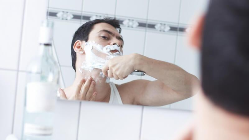 Groß genug, sicher angebracht und beleuchtet, ist der Badezimmerspiegel eine große Hilfe beim Pflegen und Stylen