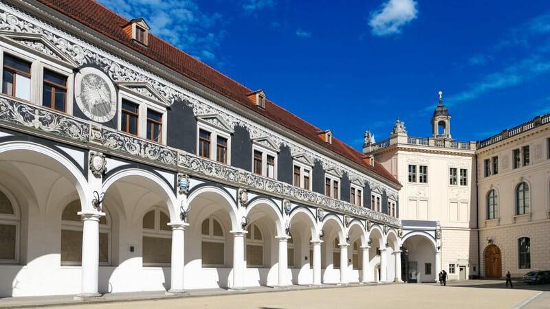 Im Zuge des Barocks wurden die strengen Ordnungen der Renaissance aufgelöst; berühmte Bauwerke sind u.a. das Kloster Ottobeuren sowie das Berliner Stadtschloss
