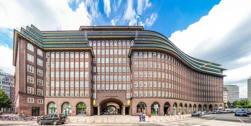 Runde oder gezackte Formen sind typisch für die Architektur des Expressionismus; zu den bekanntesten Bauwerken zählt der Einsteinturm in Potsdam-Babelsberg