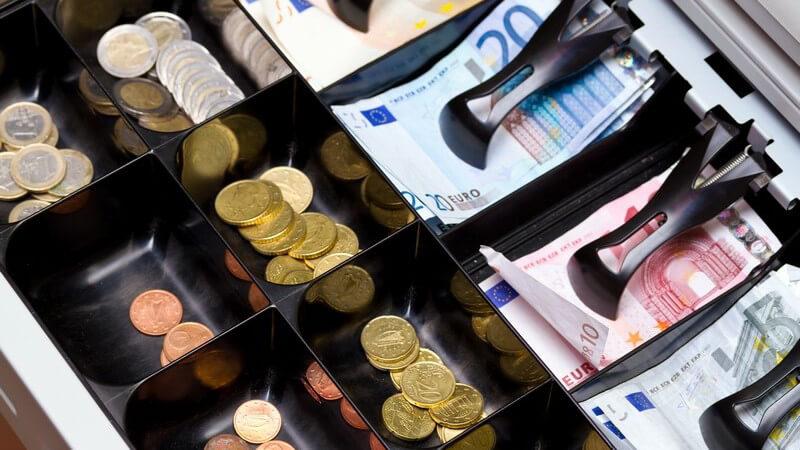 Werden zum Bezahlen Münzen oder Scheine genutzt, spricht man von der Barbezahlung - bei der halbbaren Zahlung wiederum benötigt ein Beteiligter ein Konto