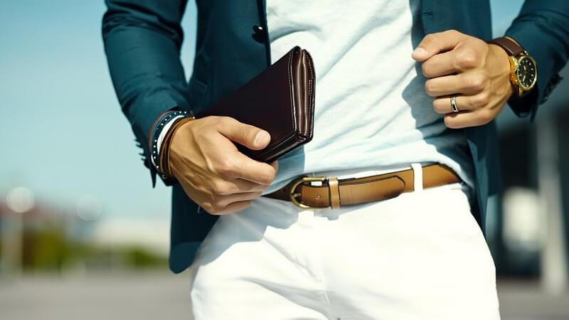 Als Scheck bezeichnet man ein Wertpapier mit Anweisung seines Ausstellers an seine Bank, den dort erwähnten Betrag an einen Dritten zu bezahlen