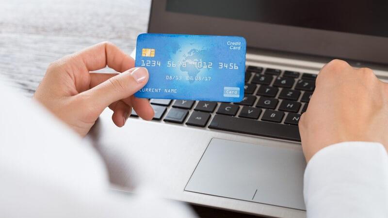 Bei einer Überweisung wird eine bestimmte Summe von einem auf ein weiteres Konto übertragen - die Konten müssen sich dabei nicht bei derselben Bank befinden