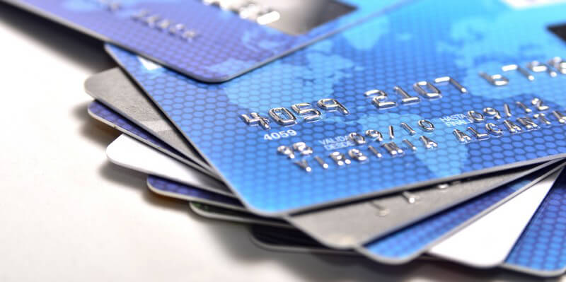 Eine Bankkarte von Mastercard, mit der ein bargeldloses Bezahlen weltweit möglich ist, ebenso die Nutzung von Geldautomaten