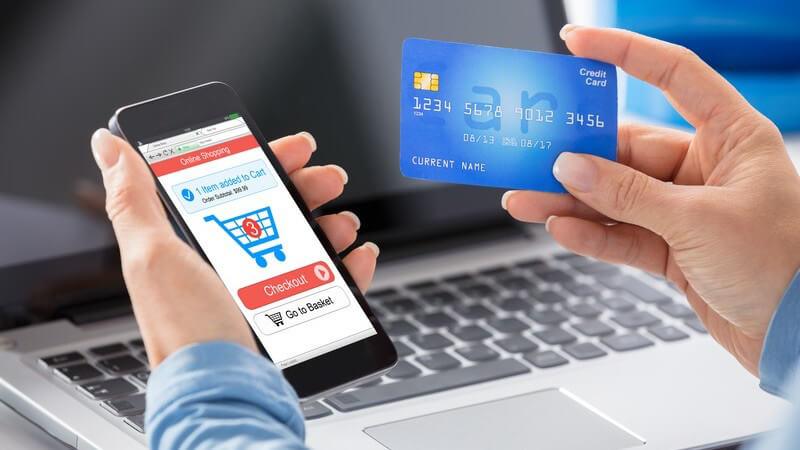Die meisten Kreditkarten lassen sich weltweit einsetzen; dem Karteninhaber wird oft ein Kredit gewährt, daher der Name