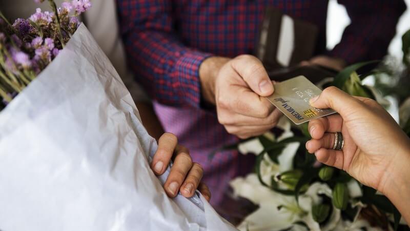 Bargeldlose Offline-Zahlung dank elektronischer Geldbörse - kleinere Geldbeträge können mittels Chipkarte und meist ohen PIN bequem bezahlt werden