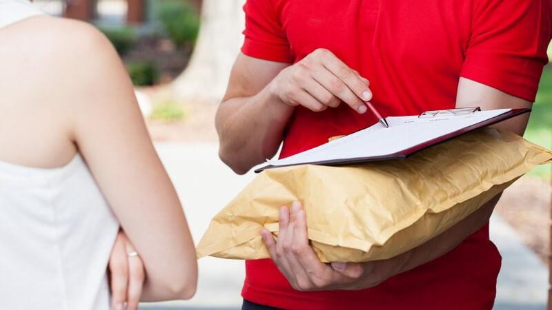 Bei der Nachnahme wird die Ware erst dann bezahlt, wenn der Empfänger sie erhalten hat; die Bezahlung erfolgt an das zuständige Post- bzw. Logistikunternehmen
