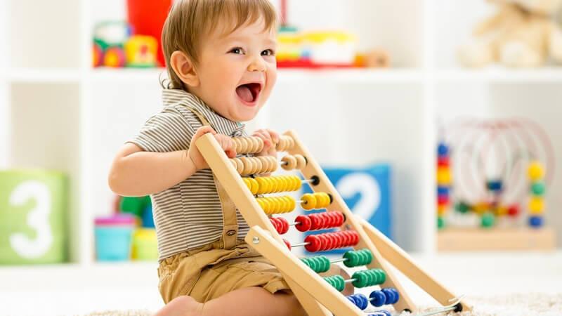 Viele Spielsachen für Kleinkinder sind ohrenbetäubende Krachmacher und andere wiederum enthalten schädliche Stoffe - beim Kauf sollte man auf Qualität setzen und Billigware meiden