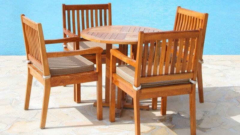 Stehtisch oder Loungetisch, Gartenstuhl oder Bank - die Auswahl der passenden Gartenmöbel erfolgt nach gewünschter Nutzungsart, auch Platz, Geld und Material spielen eine Rolle