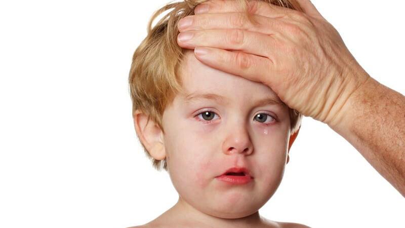 Fieber bei Kindern kommt häufig vor Hält es über drei Tage lang an oder ist sehr hoch, sollte ein Arzt besucht werden