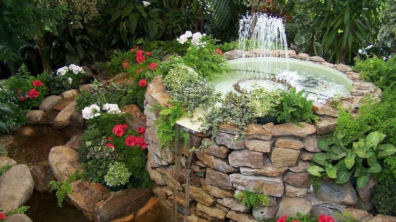 Der Springbrunnen oder Gartenbrunnen wird oftmals mit einem Gartenteich kombiniert und wird, richtig positioniert, immer zum Hingucker