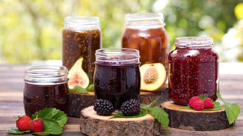 Konfitüren lassen sich durch die unterschiedlichsten Zutaten besonders schmackhaft zubereiten - wie etwa mit Kräutern, Gewürzen, Alkohol oder Kernen