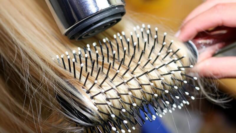 Wir geben Tipps, wie Sie mit kälterer Luft und Hitzeschutz-Produkten das Austrocken der Haare beim Föhnen verhindern