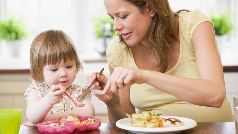 Vor allem stillende Mütter sollten es mit der Gewichtsreduktion nach der Geburt ruhig angehen lassen