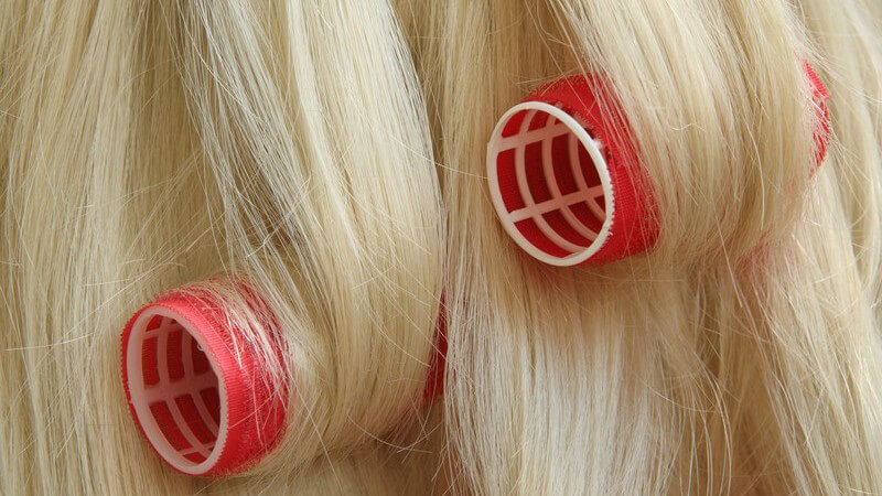 Tipps für das Eindrehen von Lockenwicklern und der richtigen Haarpflege dabei