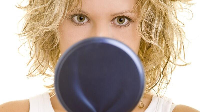 Wir verraten, welcher Haarschnitt für Naturlocken am besten geeignet ist und geben Tipps für die ideale Haarpflege für sprungkräftige Naturlocken