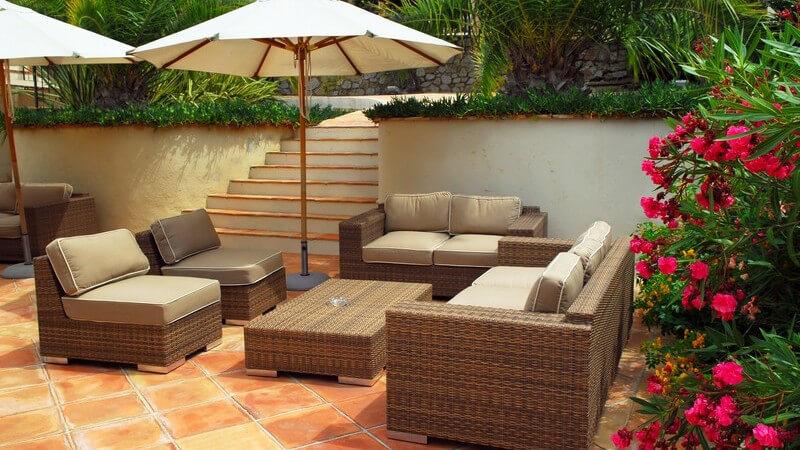 Sonnenschirme zählen zu den gängigen Möglichkeiten, sich vor der Sonne zu schützen - es gibt unterschiedliche Arten, darunter auch das flexibel einsetzbare Sonnensegel