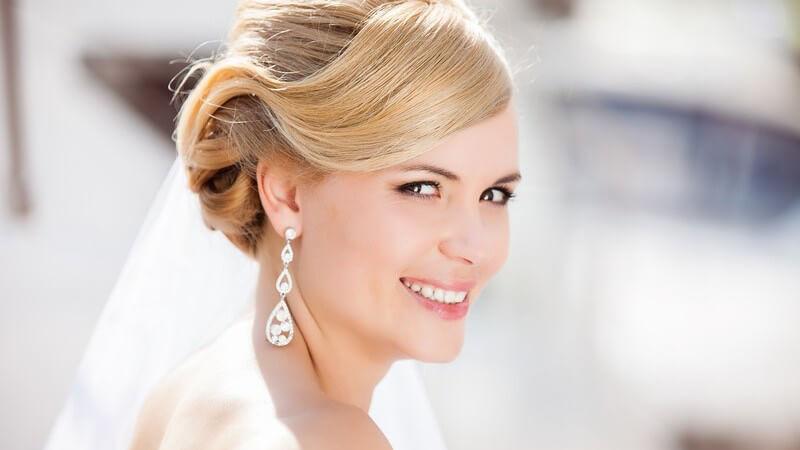 """Tipps zur Wahl der Brautfrisur passend zum Brautkleid und hilfreiche Überlegungen zum Thema """"Hochzeitsfrisur selbst machen oder zum Friseur gehen?"""""""