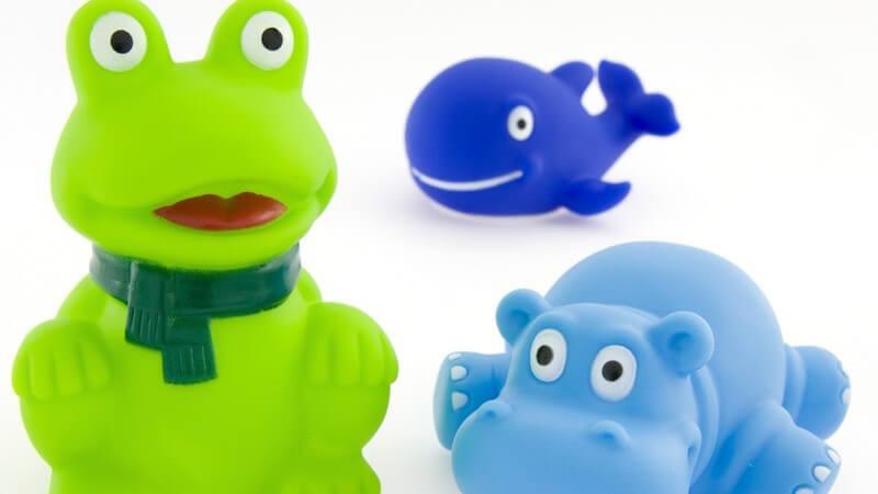 Hilfreiche Tipps zur Wahl und Benutzung von sicherem Badespielzeug - man sollte auf altersgerechte Produkte und Sicherheitsnormen achten