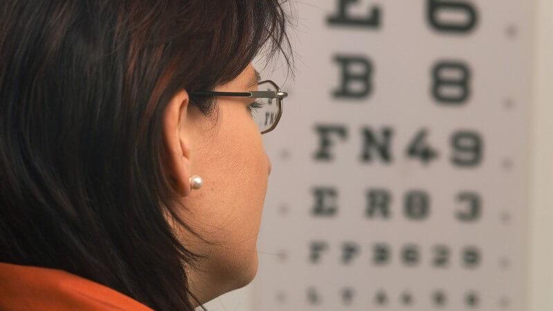 Funktion und Durchführung sowie Formen von Sehtests zur Überprüfung von Fehlsichtigkeiten, der Sehschärfe und Refraktionsbestimmung