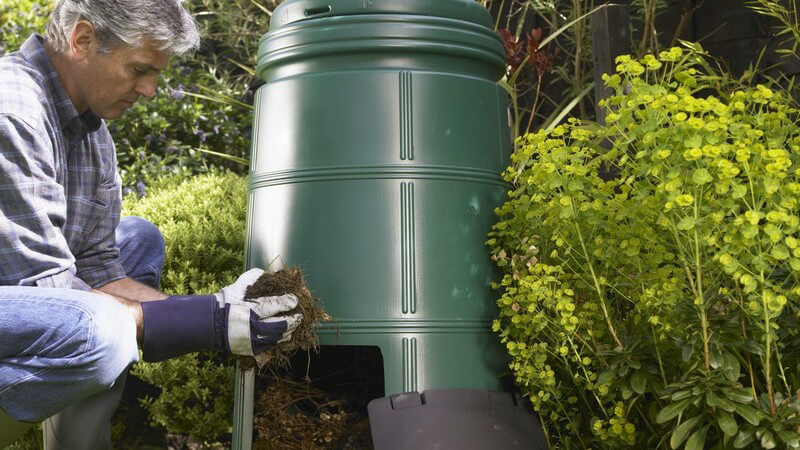 Viele Gartenbesitzer entscheiden sich für die Kompostierung zur Entsorgung von Abfällen sowie zur Herstellung von natürlichem Dünger; es gibt unterschiedliche Kompostarten