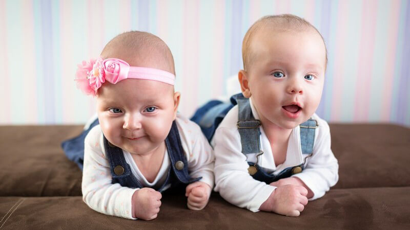 Wie Zwillinge den familiären Alltag auf den Kopf zu stellen vermögen - Besonderheiten gibt es z.B. bei der Erziehung und beim Stillen