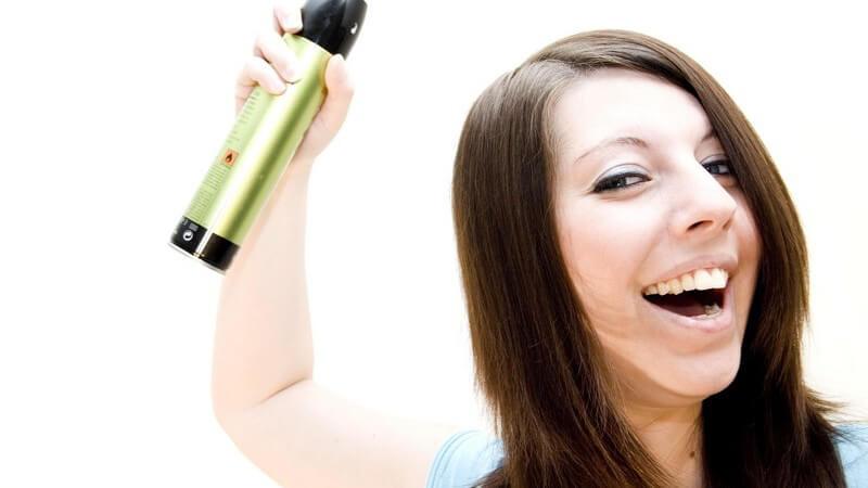 Was den Unterschied zwischen Haarspray und Haarlack ausmacht und wann welches Stylingprodukt benutzt wird