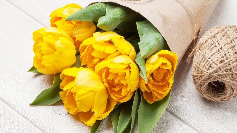 Mit Blumen als kleine Aufmerksamkeit im Alltag Bekannten eine Freude machen - wer sie nicht persönlich vorbeibringen kann oder möchte, verschenkt sie auf postalischem Weg