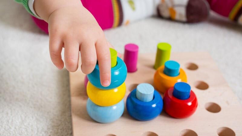 Holzspielzeug hat - besonders im Vergleich zu Plastikspiezeug - einige Vorteile - beim Kauf sollte auf bestimmte Punkte geachtet werden